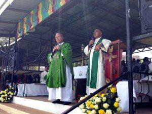 Monsignor Miglio e don Rotondo durante una celebrazione in Kenya
