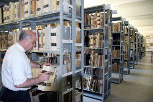 don ferdinando loddo nel deposito dell'archivio storico diocesano di Cagliari
