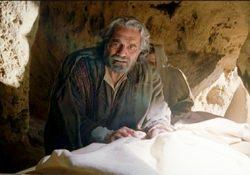 Pietro si chinò
