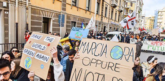 Giovani manifestano per chiedere un futuro certo